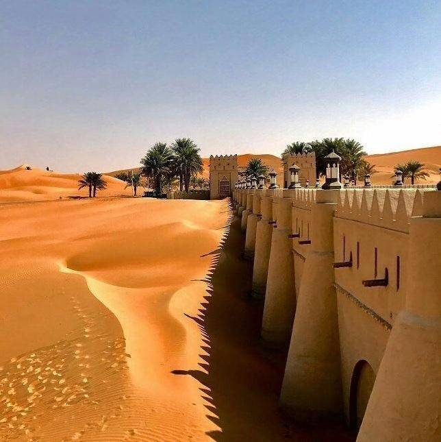 這個隱藏在蒼茫沙漠中的酒店是按照阿拉伯的古城建造的.圖片
