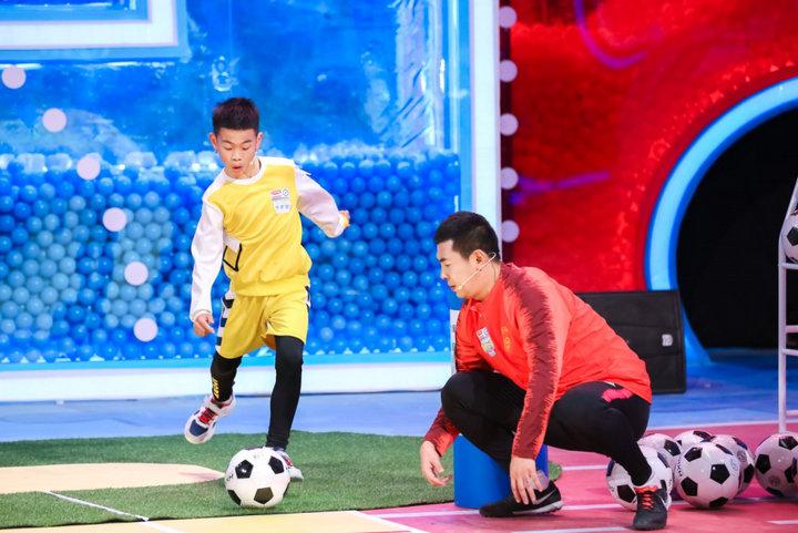 """足球新踢法!徐克汉姆跟这些""""足球小子""""拼燃了"""