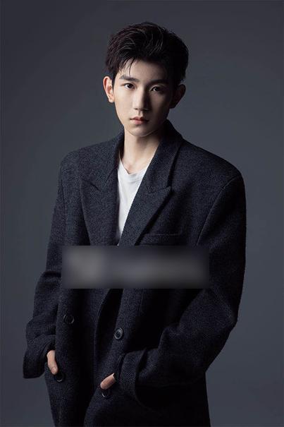 王源封面大片曝光 黑色西装彰显时尚魅力