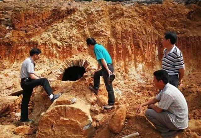 山西老农盖房挖出神秘洞口