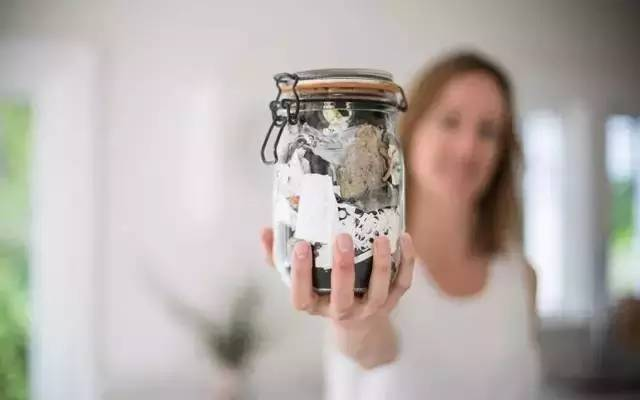 四口之家一年的垃圾只用1个玻璃瓶就装下了,而且坚持了十年(1)