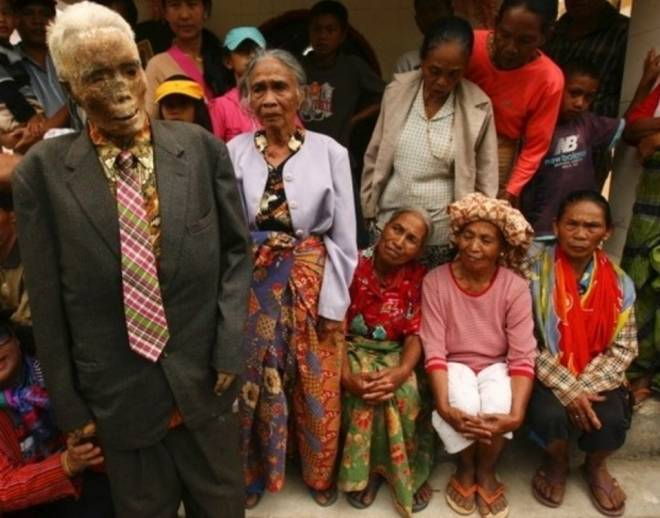 实拍印尼恐怖祭祀仪式,竟将亲人尸骨挖出装扮!(1)