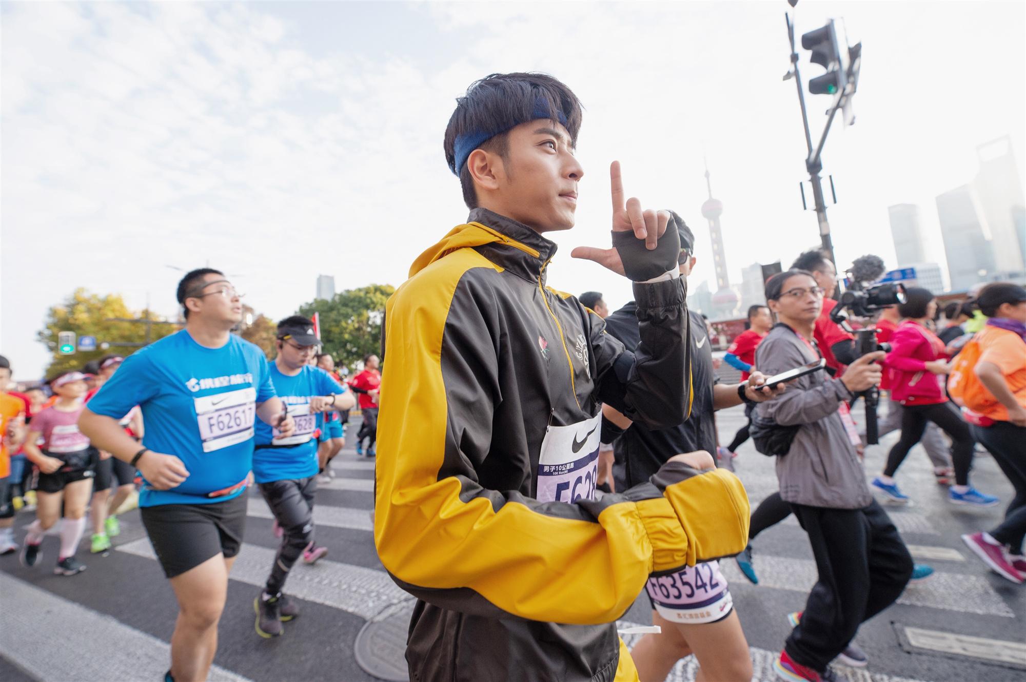 陈若轩亮相上海马拉松 热力开跑传递阳光正能量