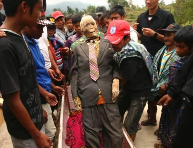 实拍印尼恐怖祭祀仪式,竟将亲人尸骨挖出装扮!(4)