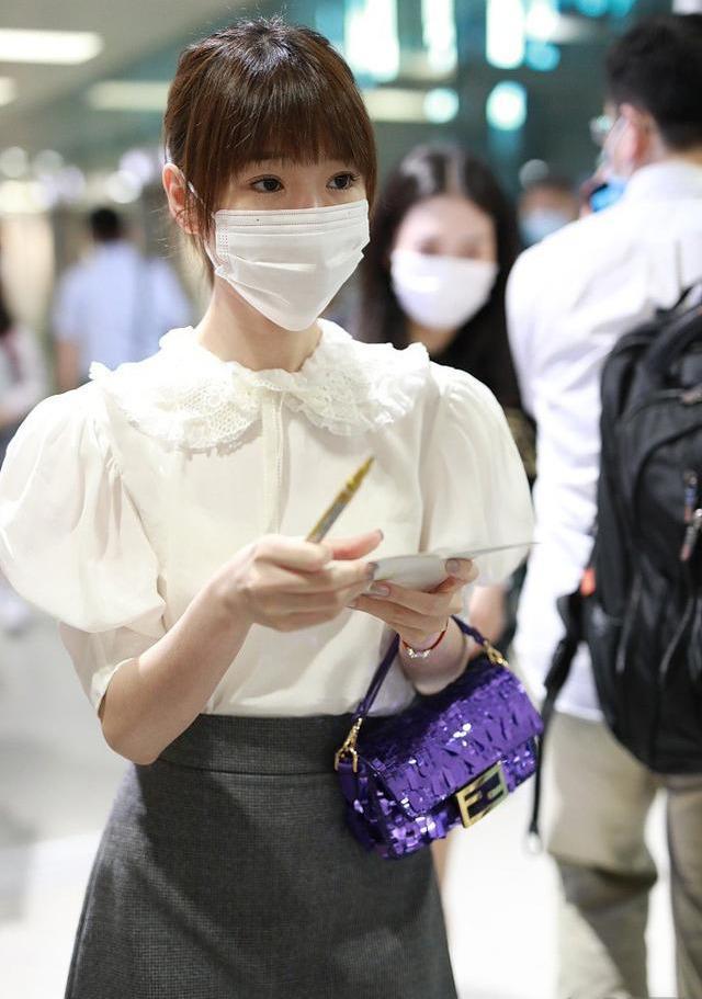 望族泽佳:毛晓彤梳齐刘海现身机场 穿娃娃衫搭短裙成果幸福减龄