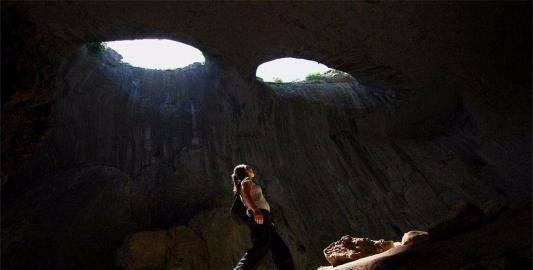 世上最神秘地洞有一双巨眼
