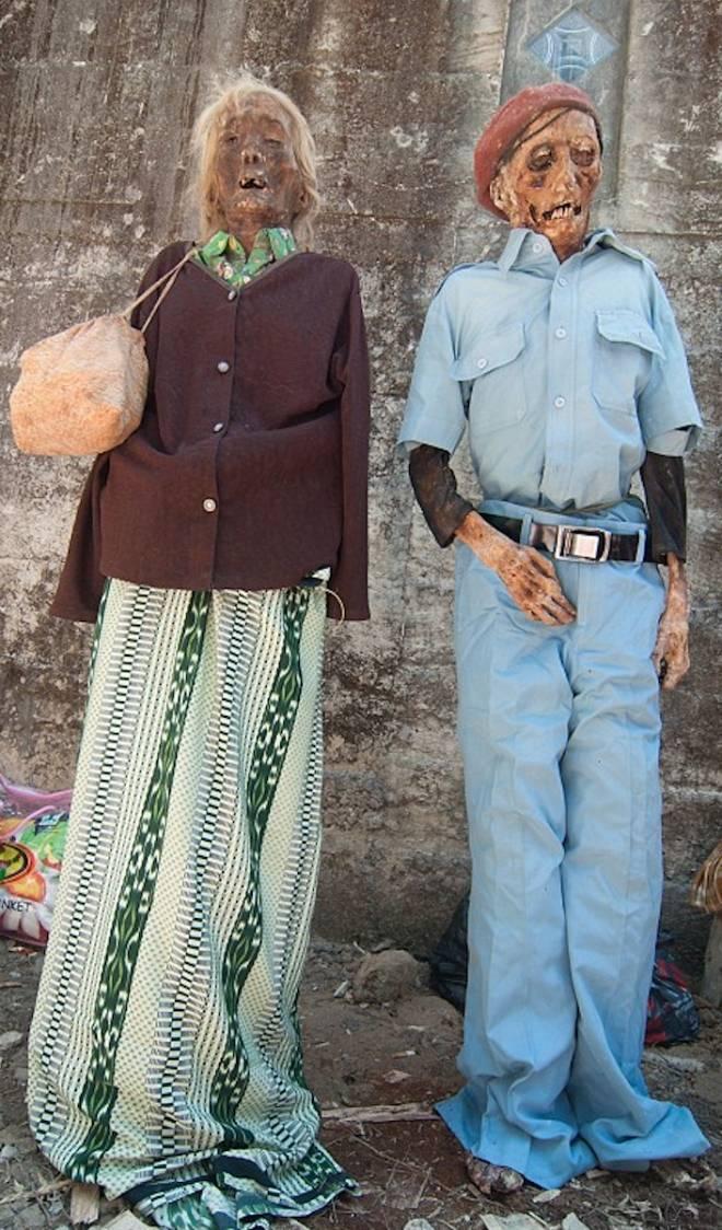 实拍印尼恐怖祭祀仪式,竟将亲人尸骨挖出装扮!(3)